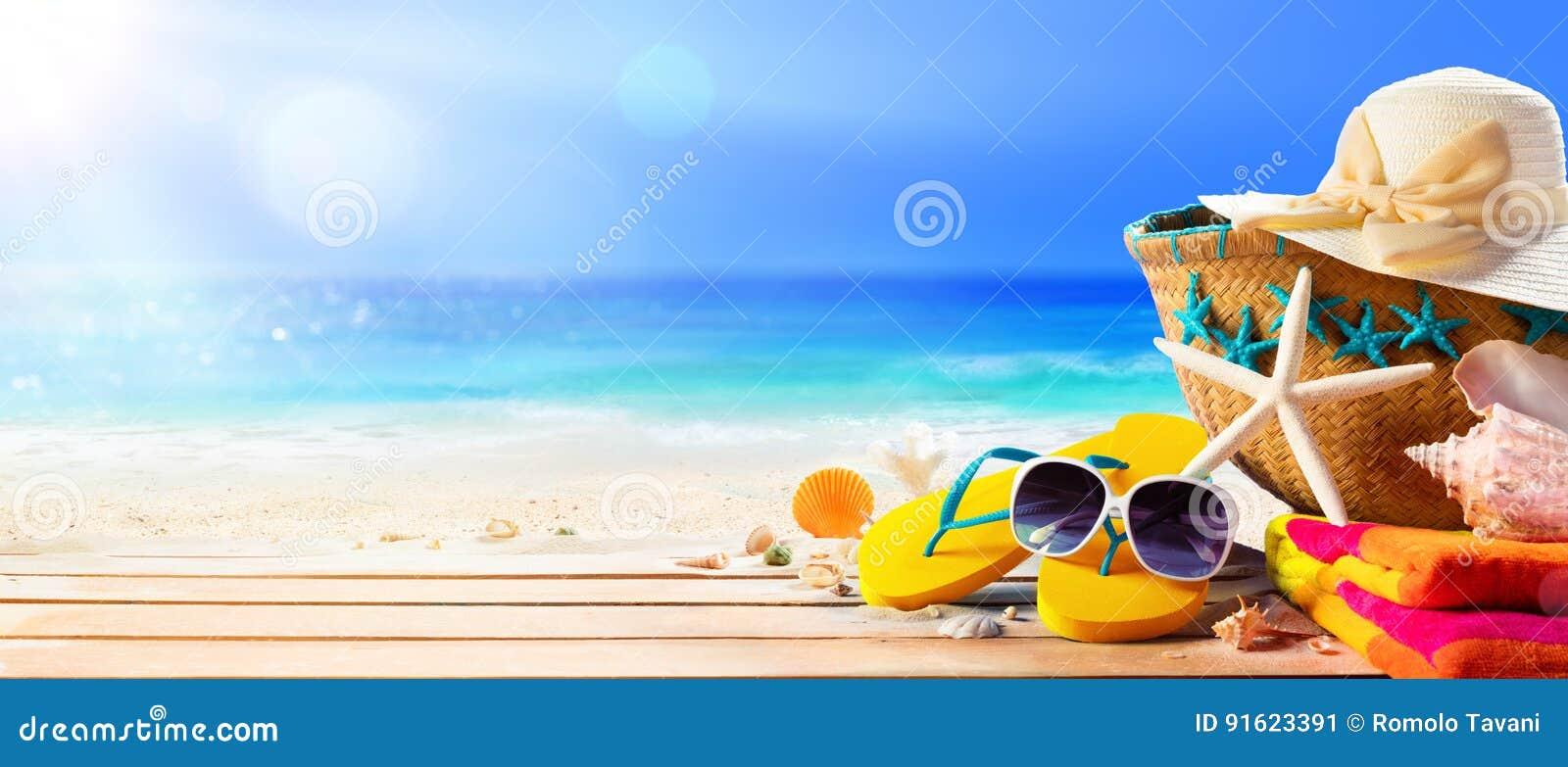 Acessórios da praia na praia da plataforma