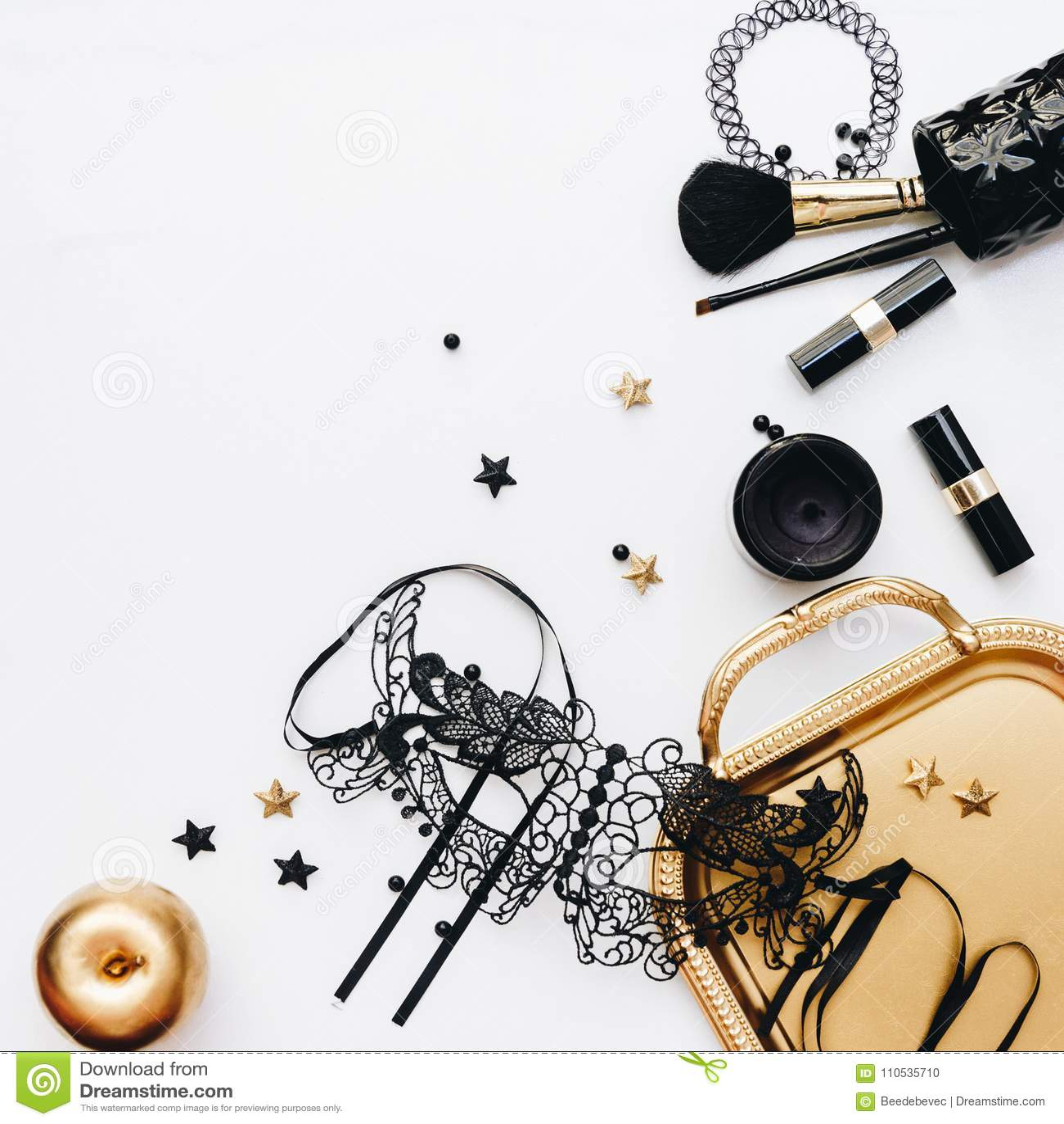 Acessórios de forma pretos da mulher, decorações do ouro e máscara preta do laço