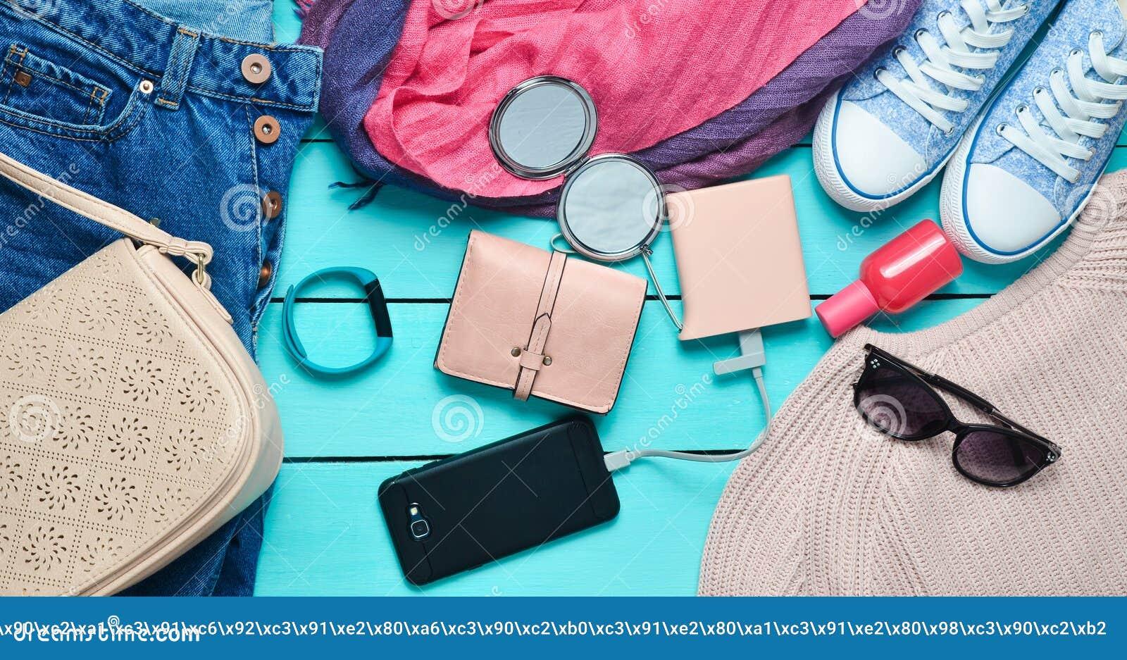 8d754a6ecda9 Acessórios na moda das mulheres, sapatas, roupa e dispositivos modernos em  um fundo de