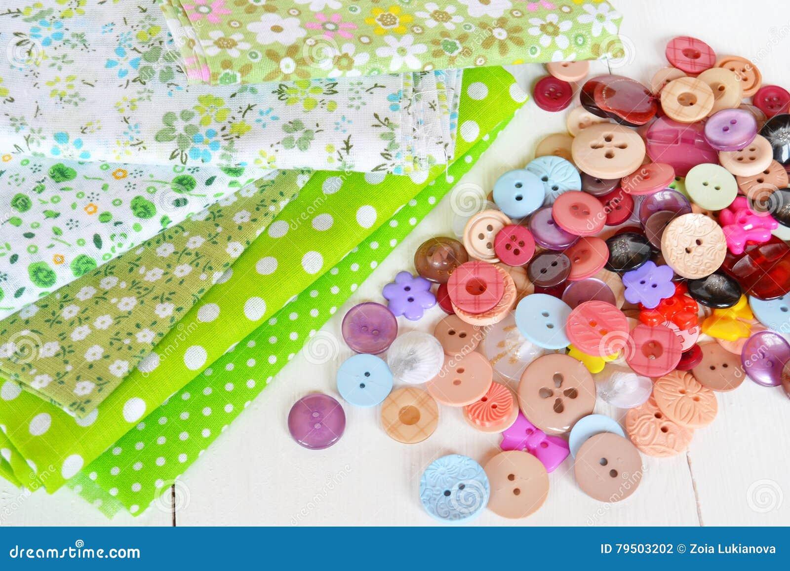 Acessórios para costurar: tela, botões ajustados