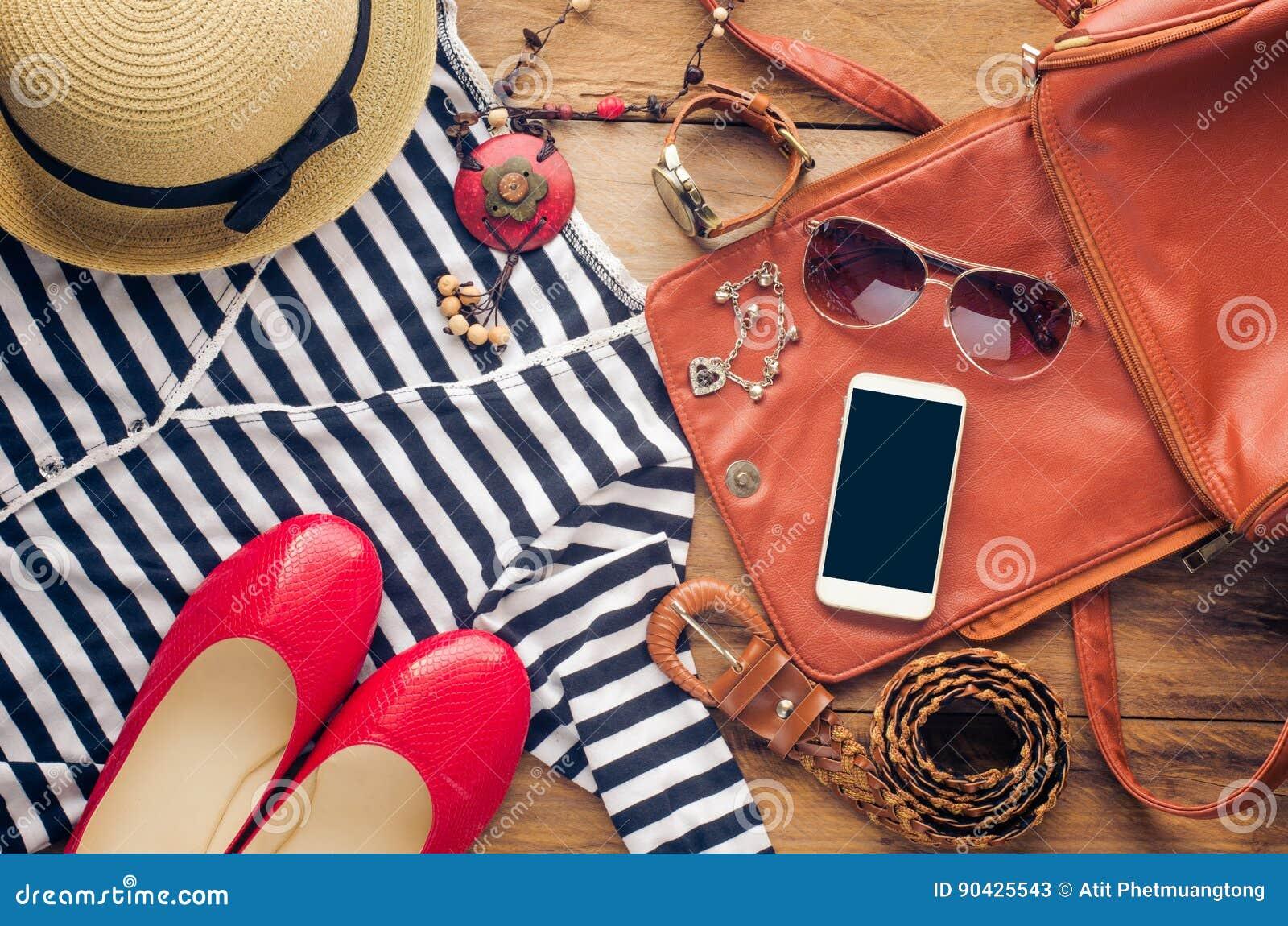 0be25e7bf Acessórios para o adolescente em suas férias Chapéu de palha, óculos de sol  à moda, saco de couro marrom, sapatas vermelhas e traje no assoalho de  madeira