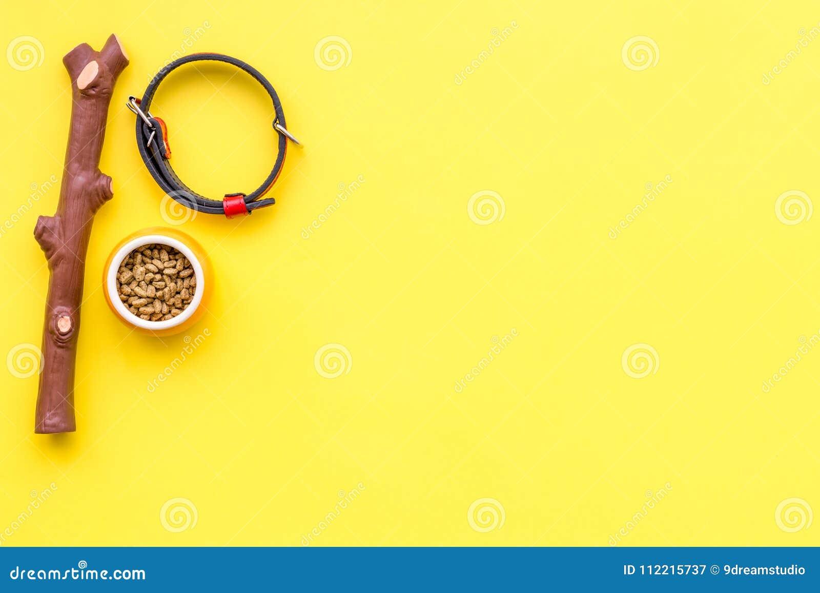 Acessories für das Pflegen des Hundes Lebensmittel und Spielwaren für Hunde Gelbes Draufsichtmodell des Hintergrundes