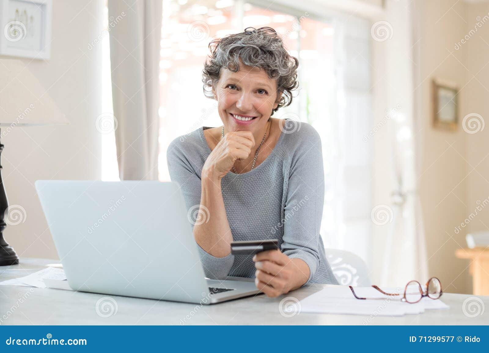 Achats aînés de femme en ligne