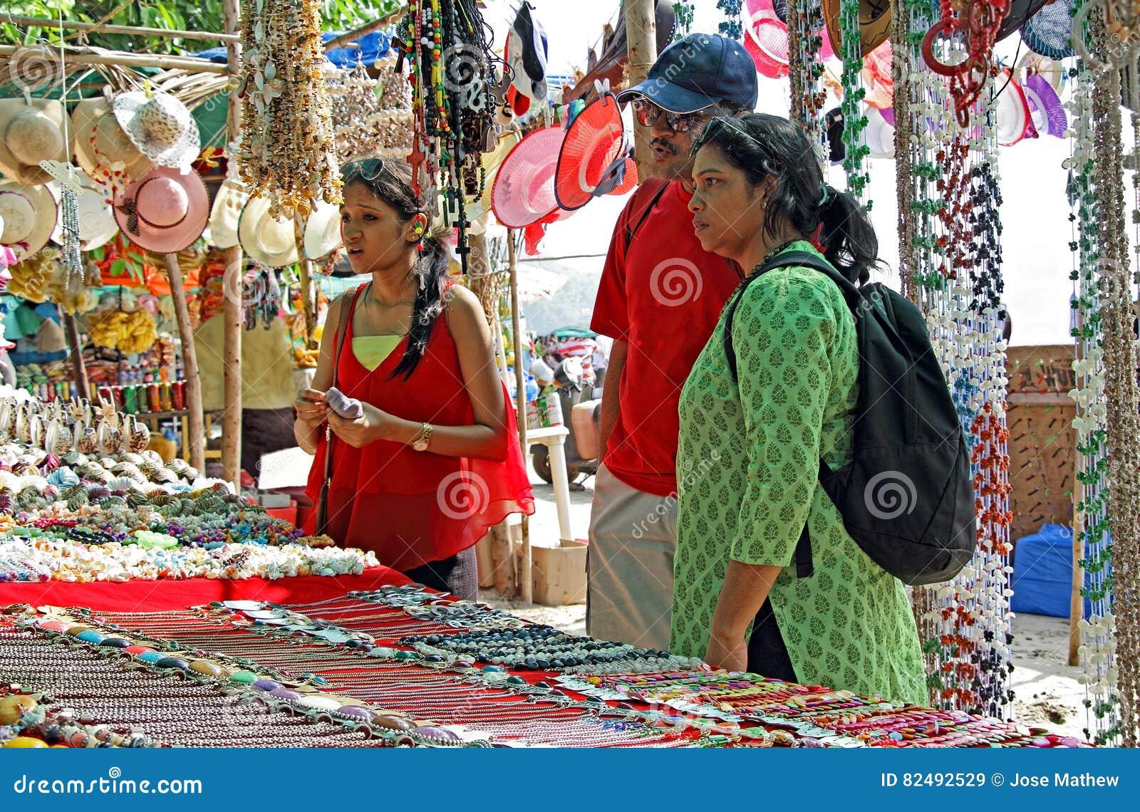 Achats asiatiques de famille au marché aux puces