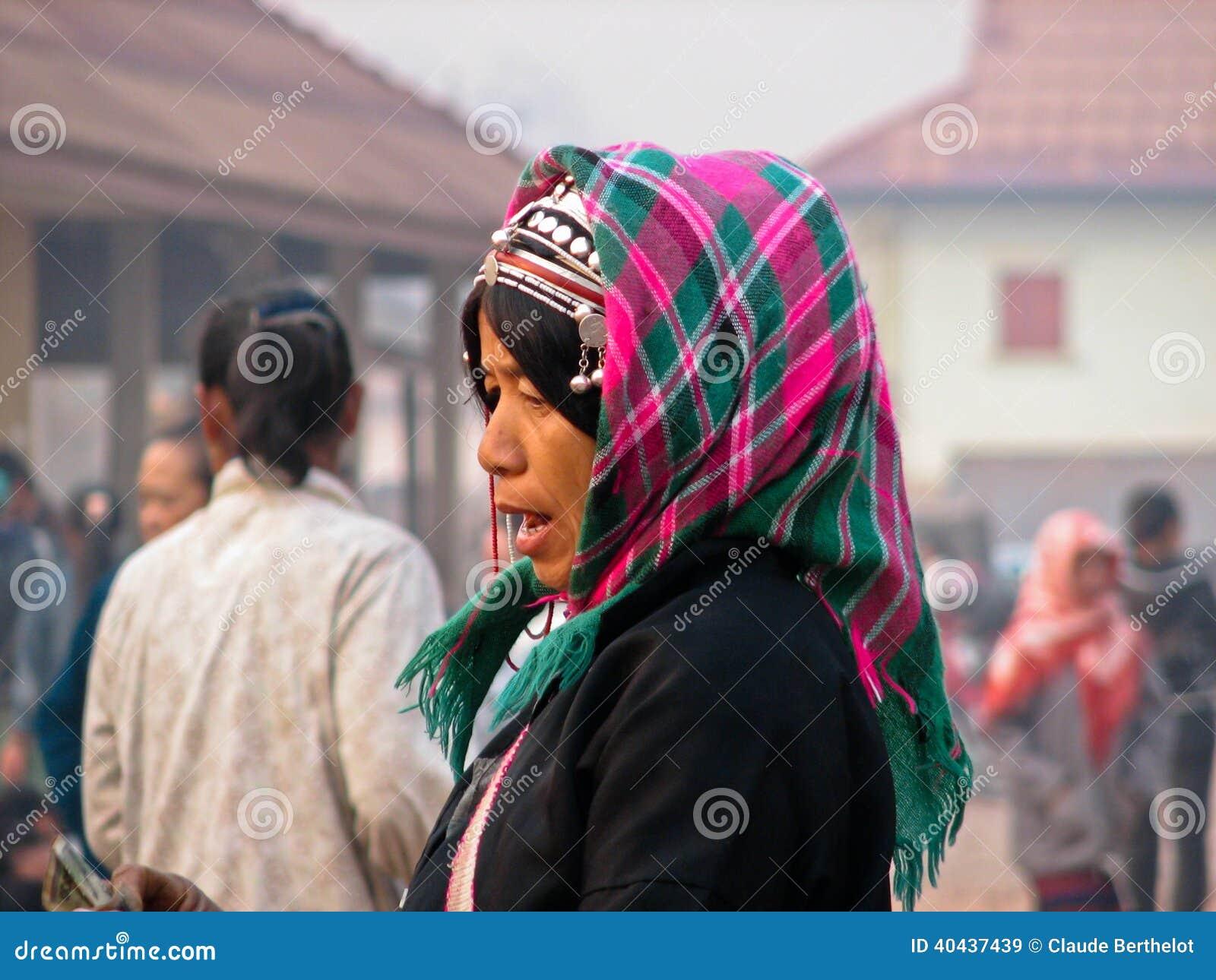 Achats de femme d Akha au marché