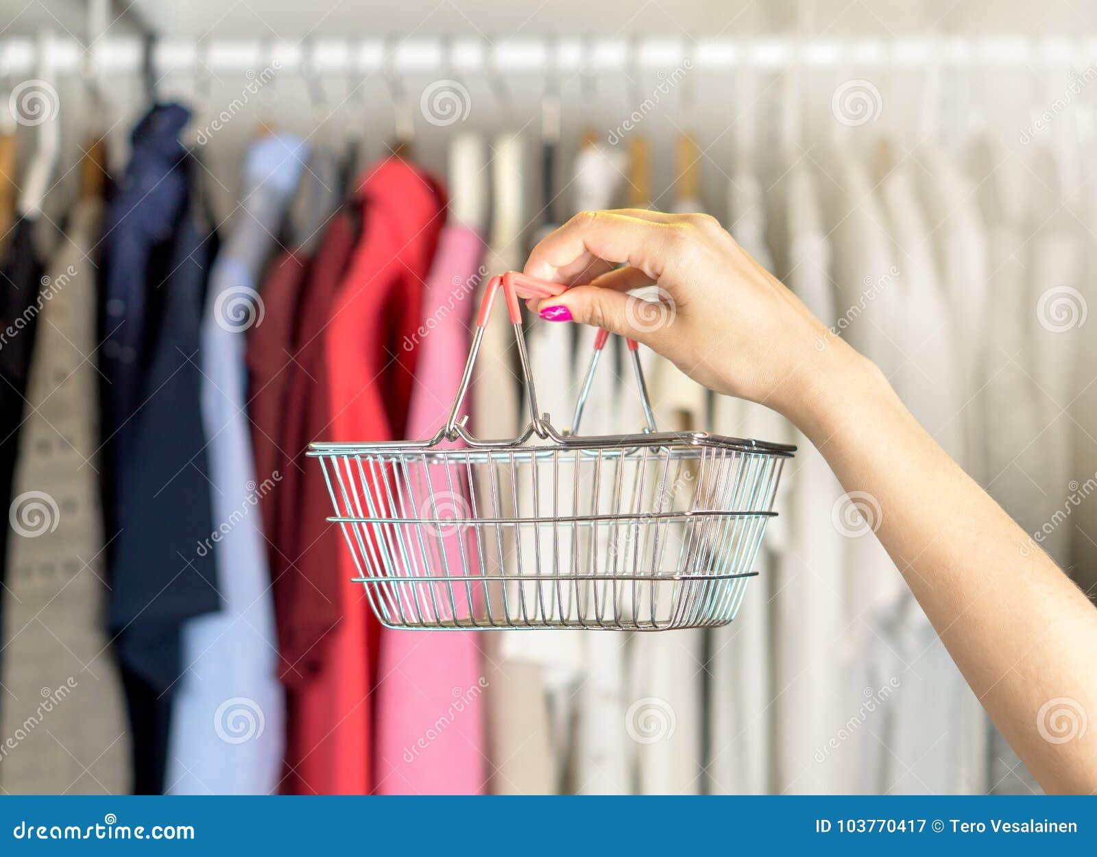 Achats de femme pour des vêtements