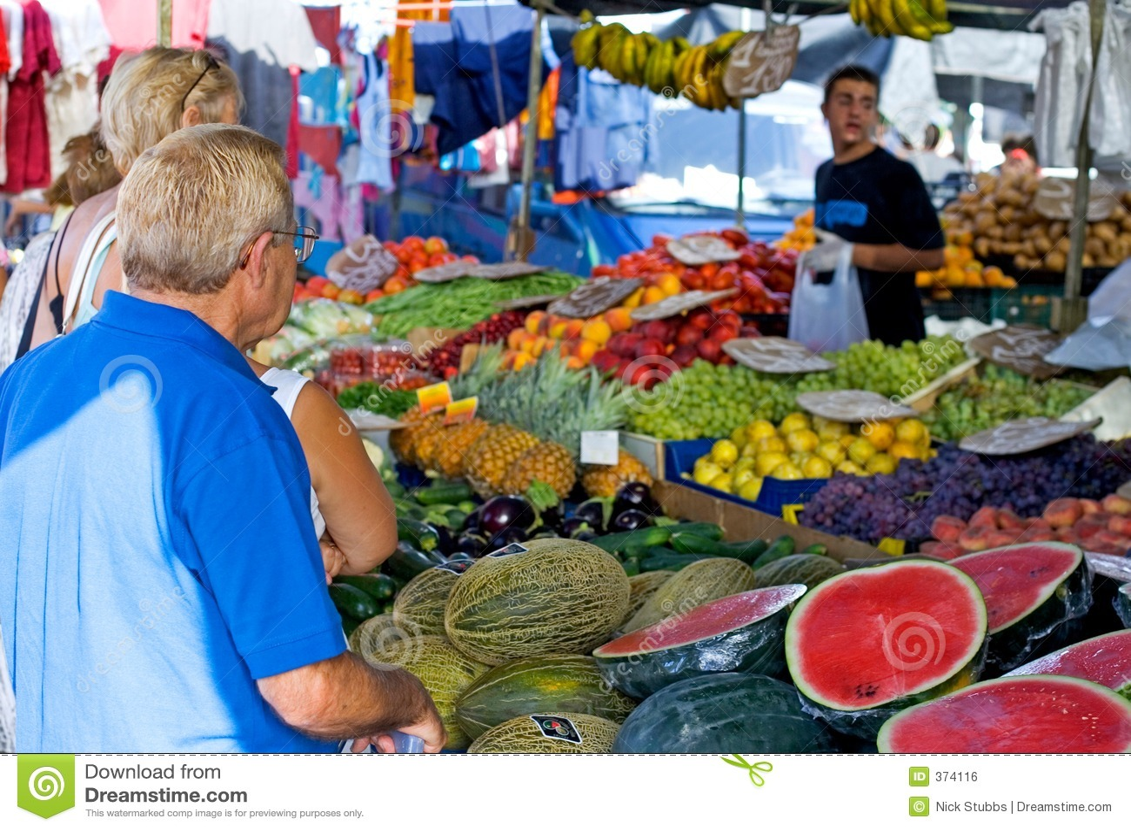 Achats de gens pour des fruits et légumes sur un marché espagnol