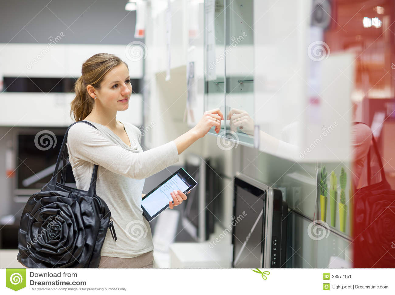 Achats de jeune femme pour des meubles dans un magasin de meubles
