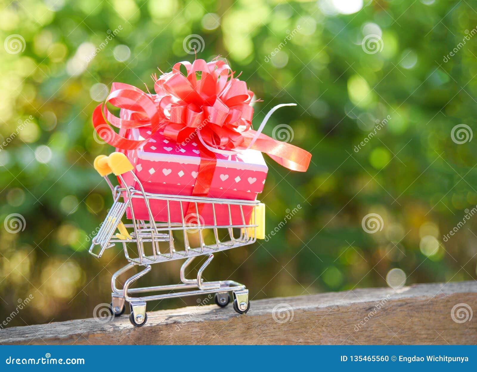 Achats de jour de valentines et boîte actuelle de boîte-cadeau avec l arc rouge de ruban des vacances en ligne d achats de caddie