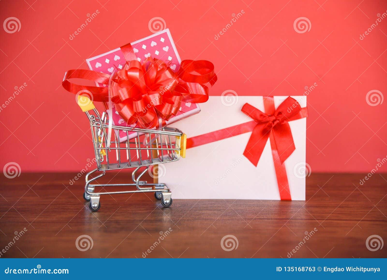 Achats de jour de valentines et boîte-cadeau de chèque-cadeau/boîte actuelle rose avec l arc rouge de ruban sur le chèque-cadeau