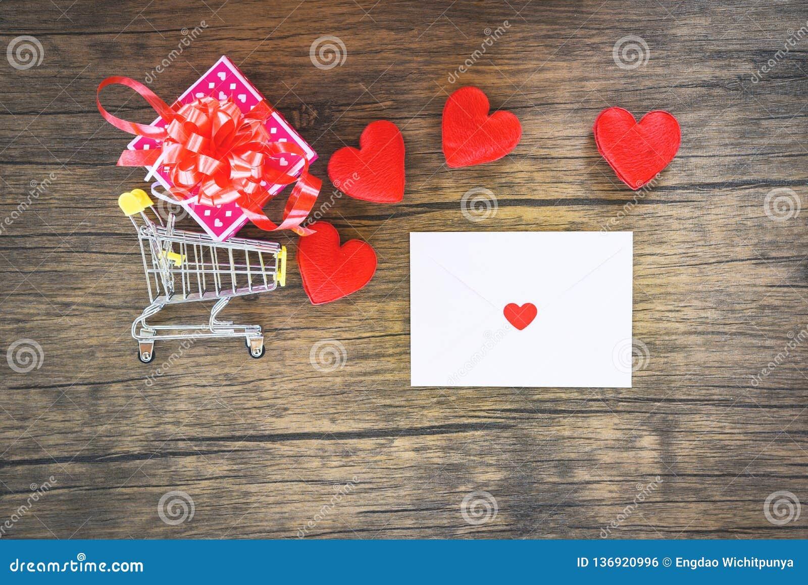 Achats de jour de valentines et boîte-cadeau rouge de coeur sur le courrier Valentine Letter de caddie et d amour d enveloppe