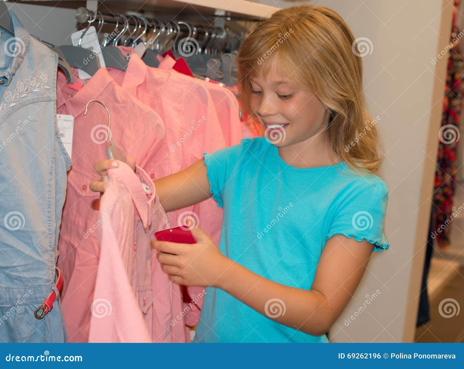 achats de petite fille dans le magasin de v tements l. Black Bedroom Furniture Sets. Home Design Ideas