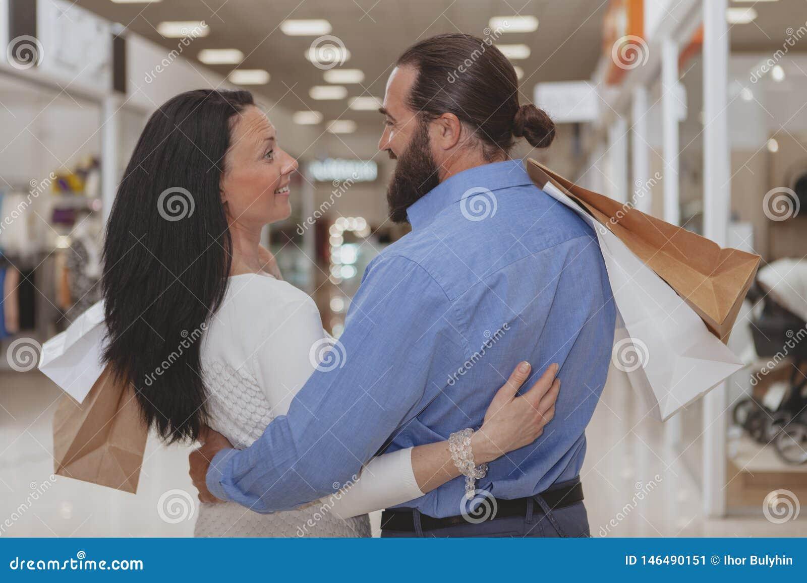 Achats m?rs heureux de couples au mail