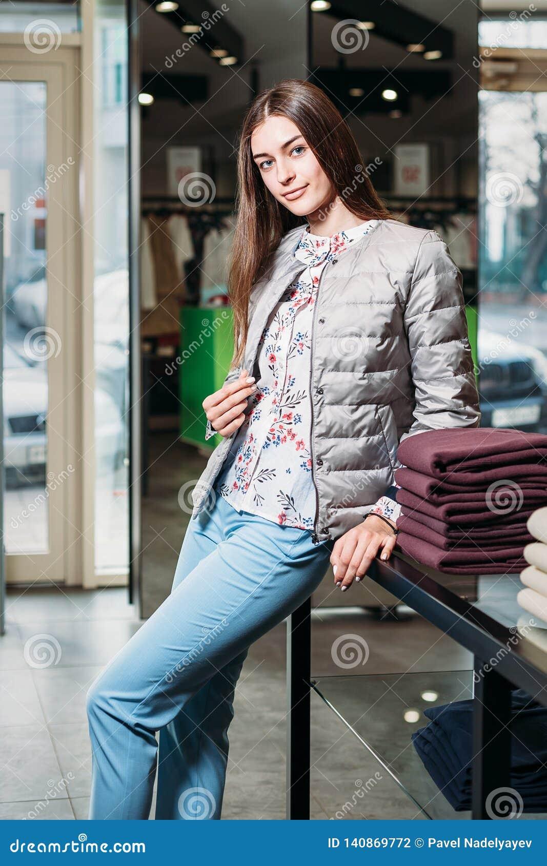 Achats, mode, style, vente, achats, affaires et les gens belle jeune femme heureuse de concept dans le magasin d habillement Busi