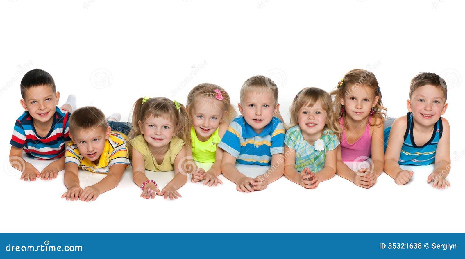 Acht kinder die auf boden liegen lizenzfreie stockfotos for Boden liegen