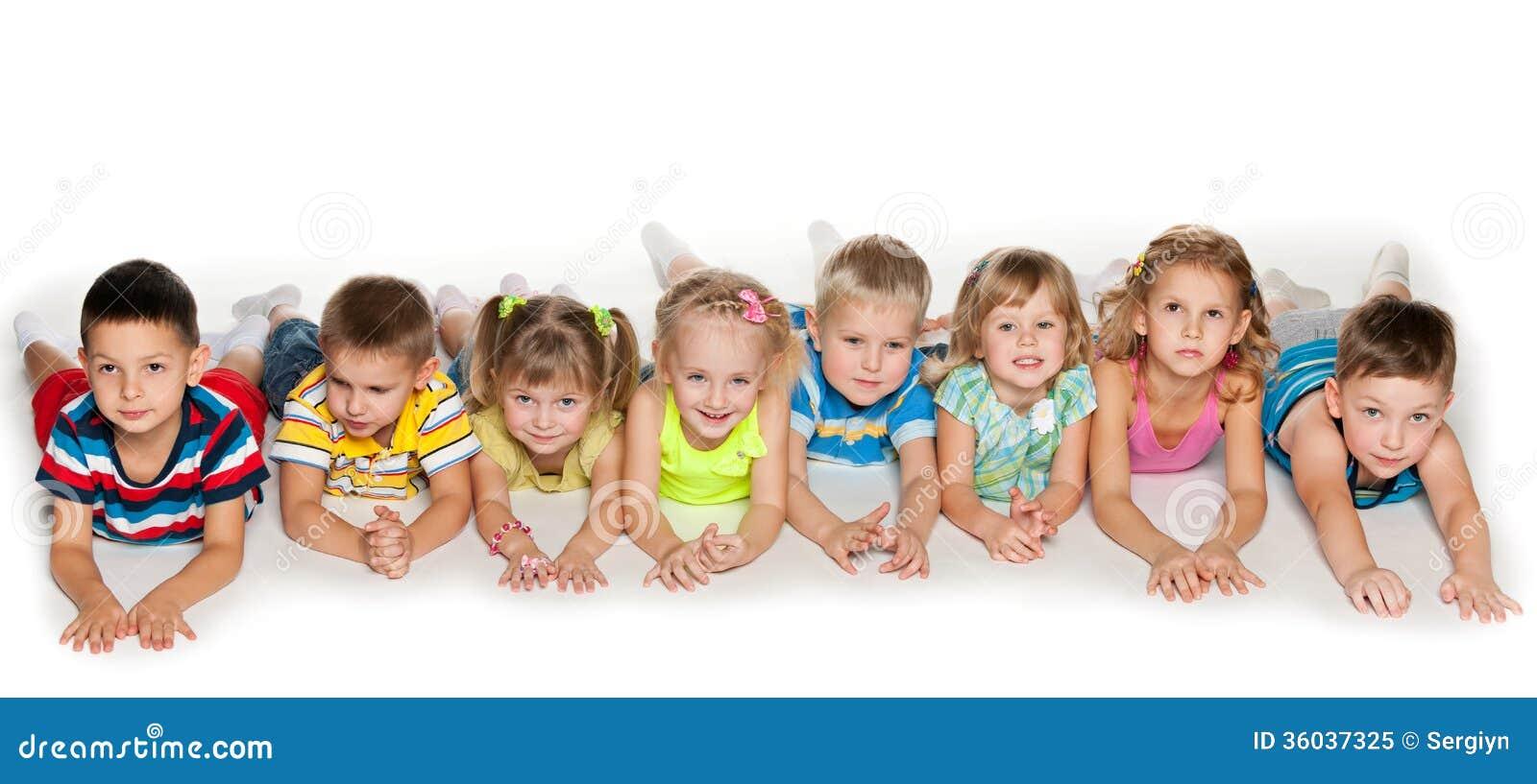 Acht kinder die auf boden liegen stockbild bild von for Boden liegen