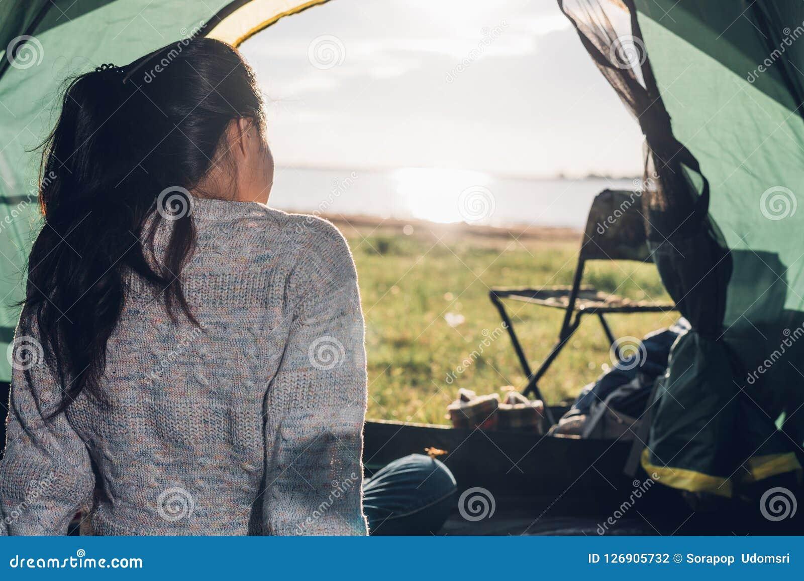 Achter vrouw binnen mening het kamperen tent in de zomer