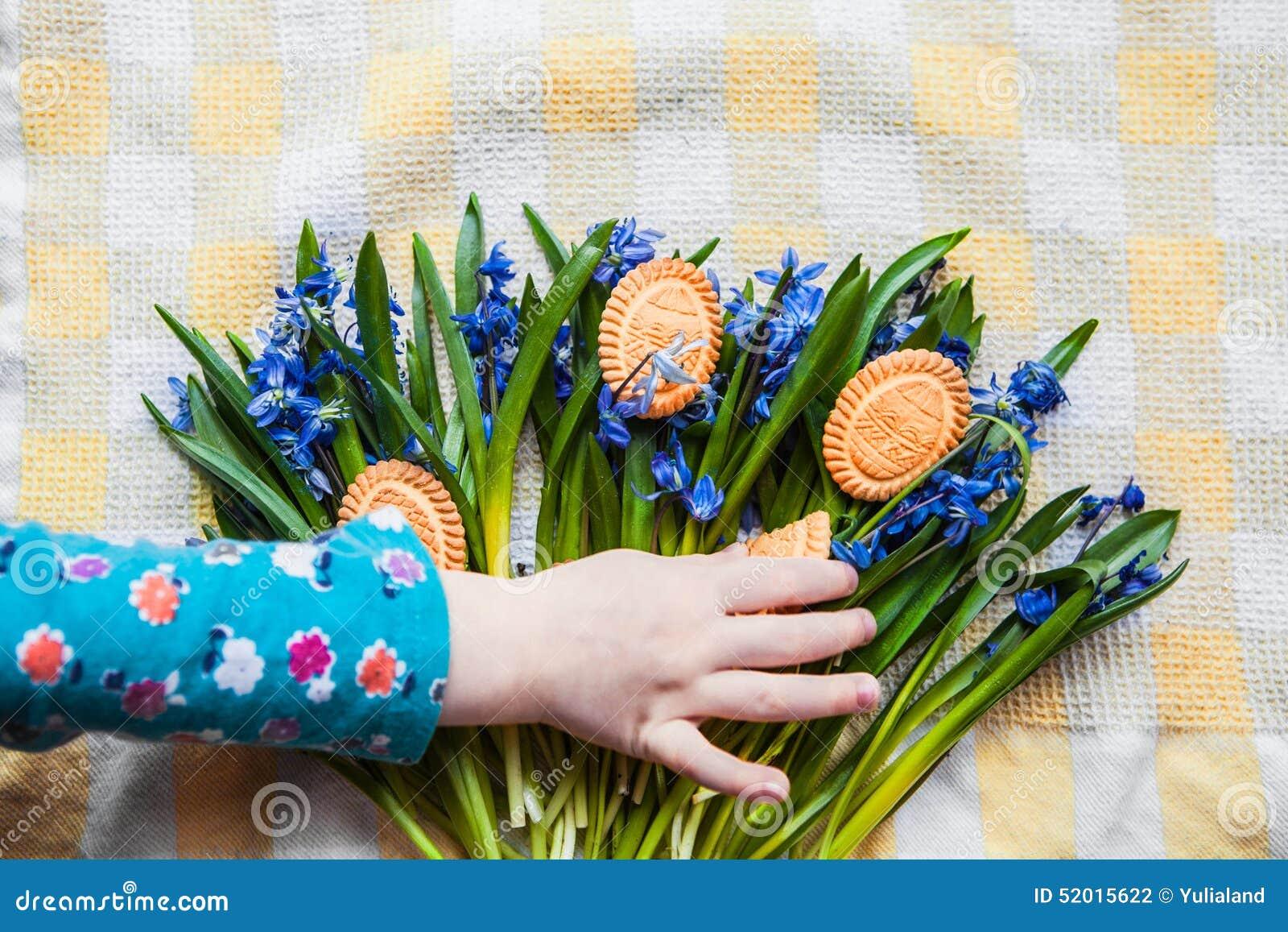 Achtergrond met koekjes de vorm van paaseieren in de blauwe ...
