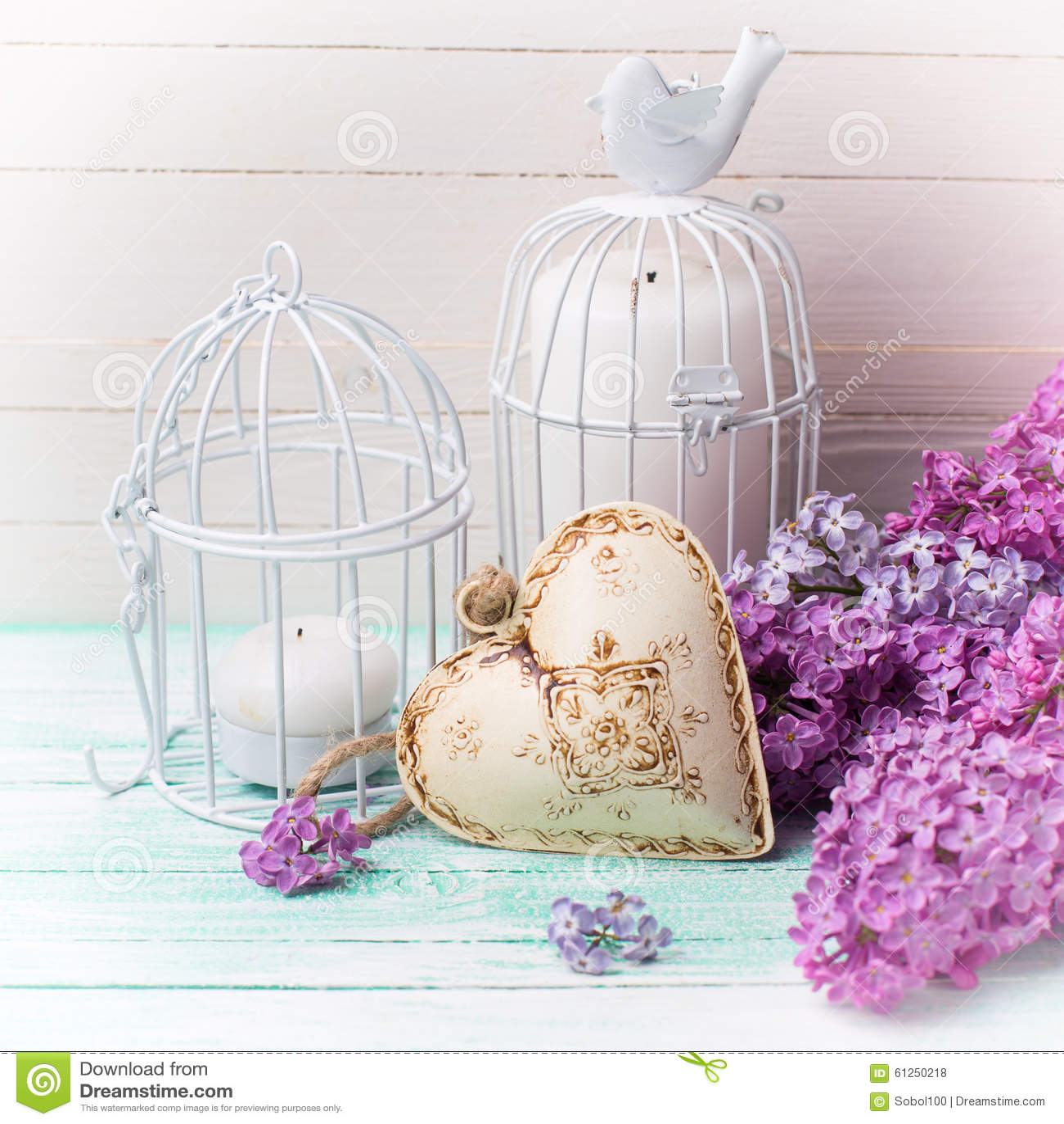 Achtergrond met verse lilac bloemen, kaarsen in decoratieve vogel