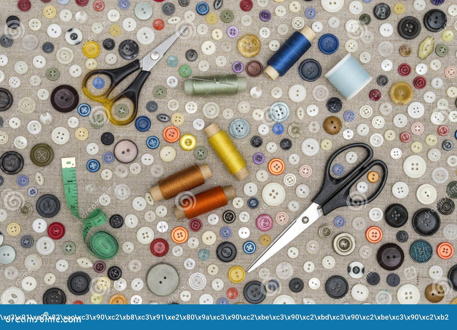 Achtergrond - multicolored knopen en naaiende toebehoren op de stof