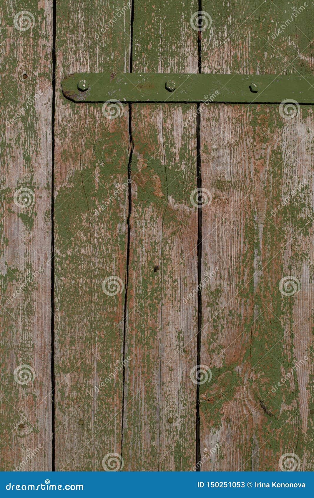 Achtergrond Oude rustieke poort aan een schuur met schil groene verf