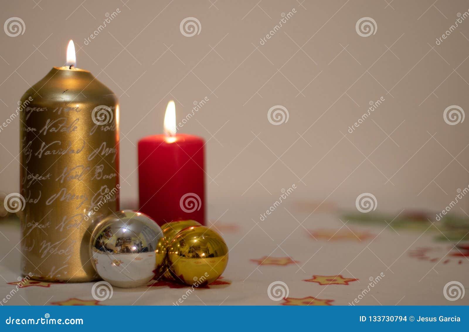 Achtergrond van aangestoken kaarsen met Kerstmisballen op een tafelkleed