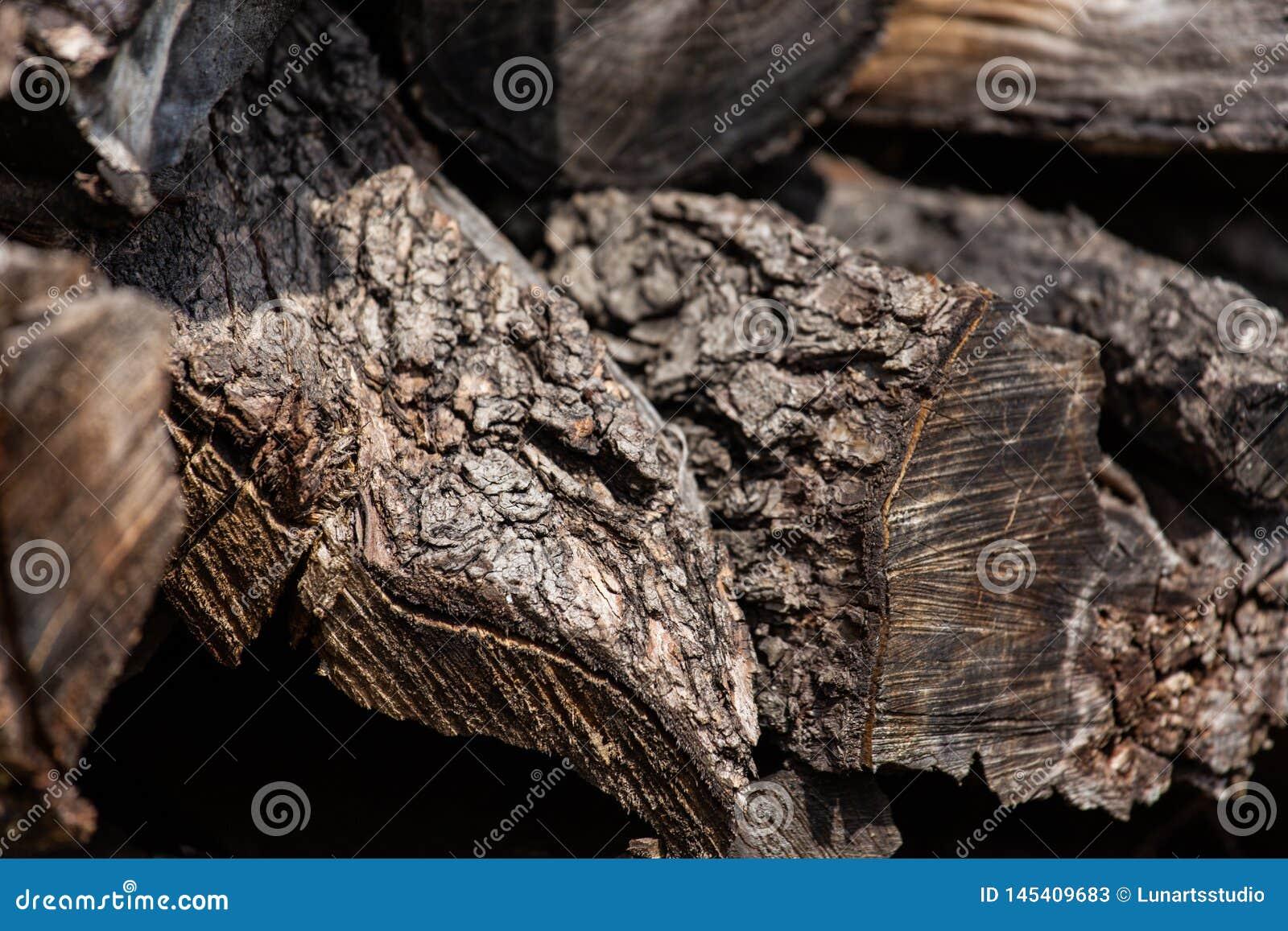 Achtergrond van gestapelde oude bruine steek houten logboeken