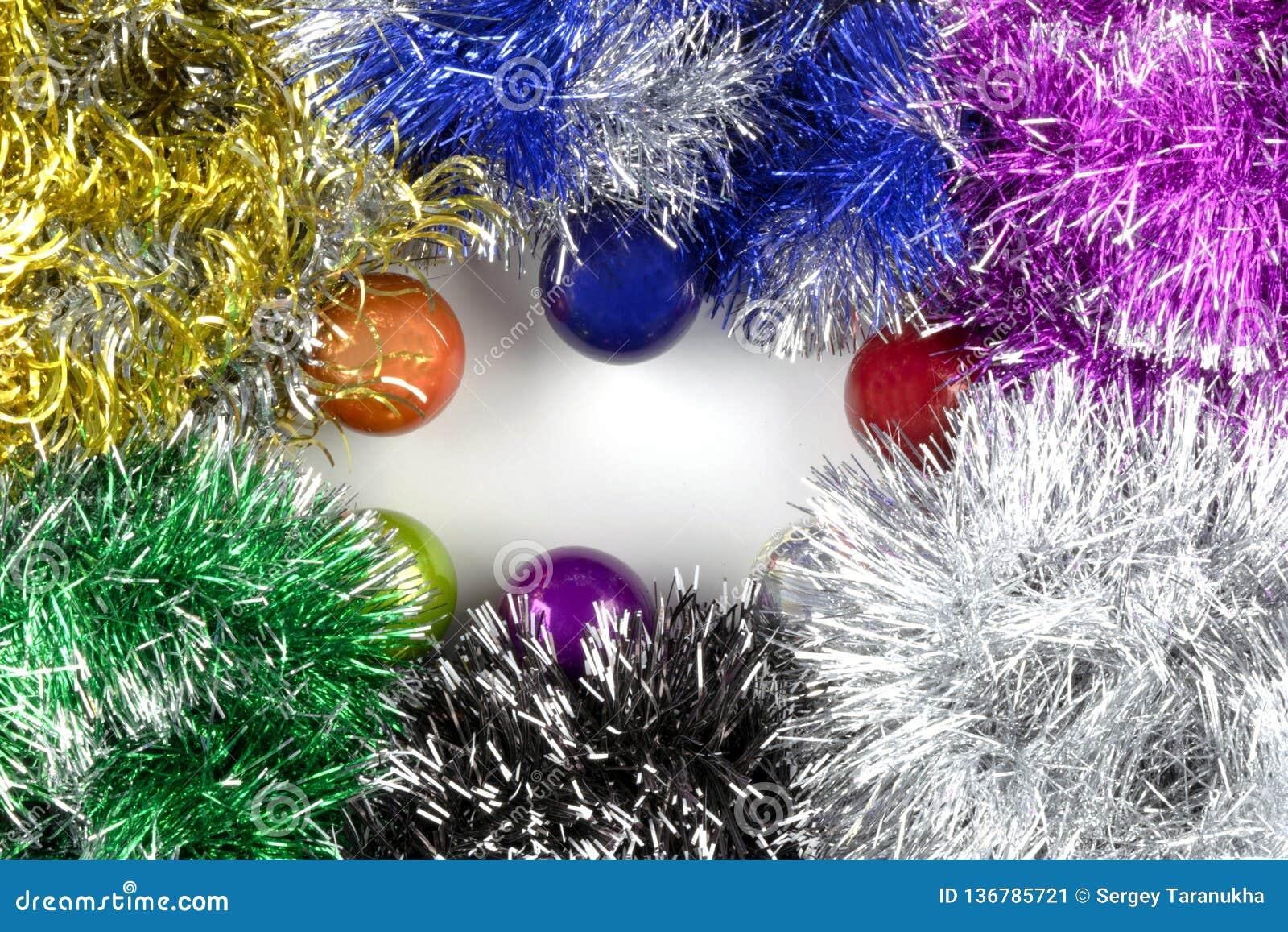 Achtergrond van Kerstmisballen en klatergoud dat wordt gemaakt