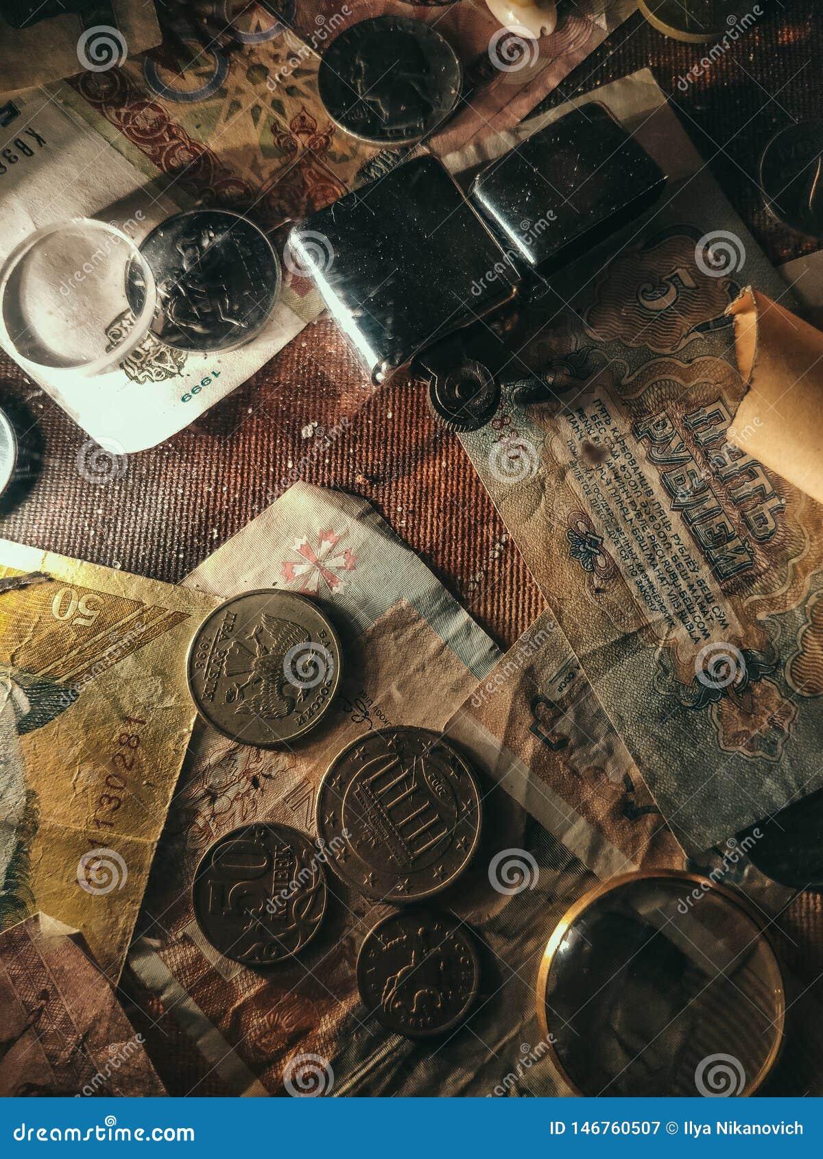 Achtergrond van oude muntstukken Document met een patroon met oude muntstukken wordt beslagen dat