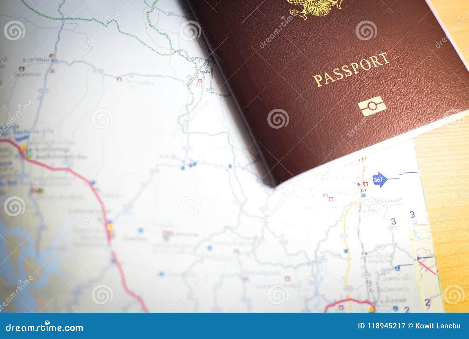 Achtergrond van reis met paspoort en kaart
