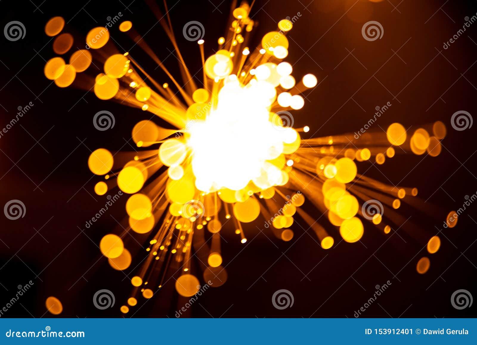Achtergrond van vezel de optische lichte abstracte bokeh met warme kleur Uit nadruk