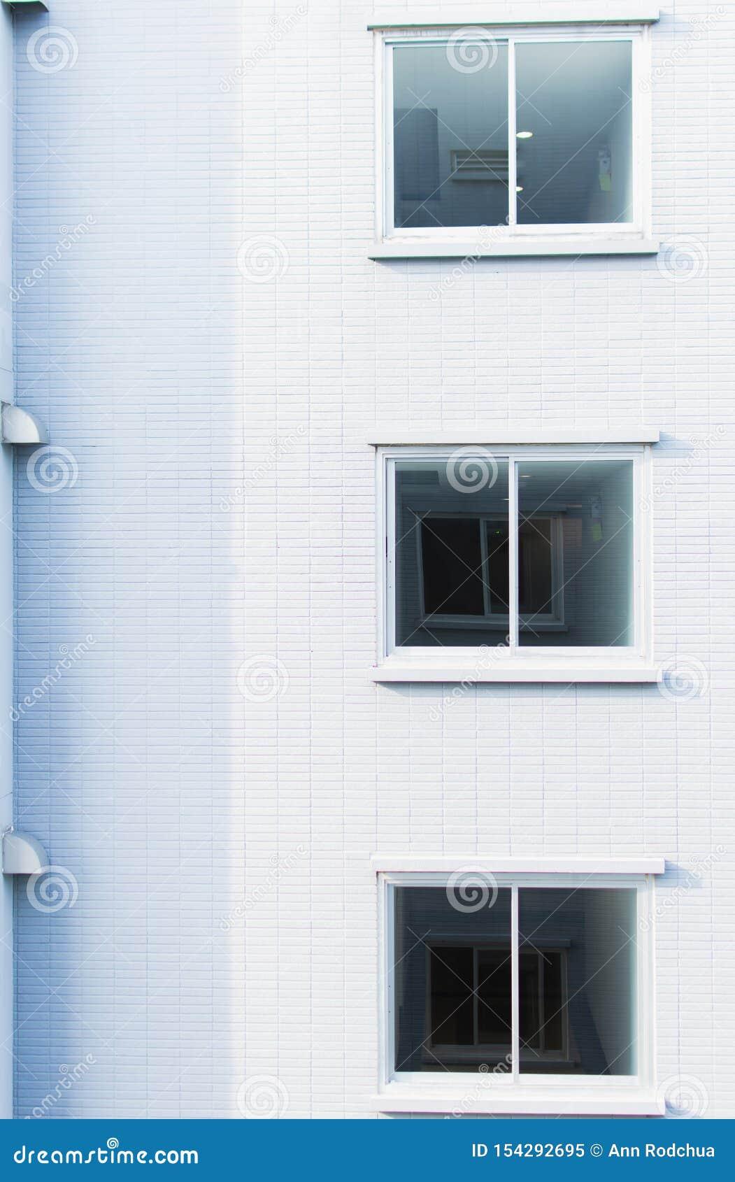 Achtergrond van witte muur en vensters met copyspace