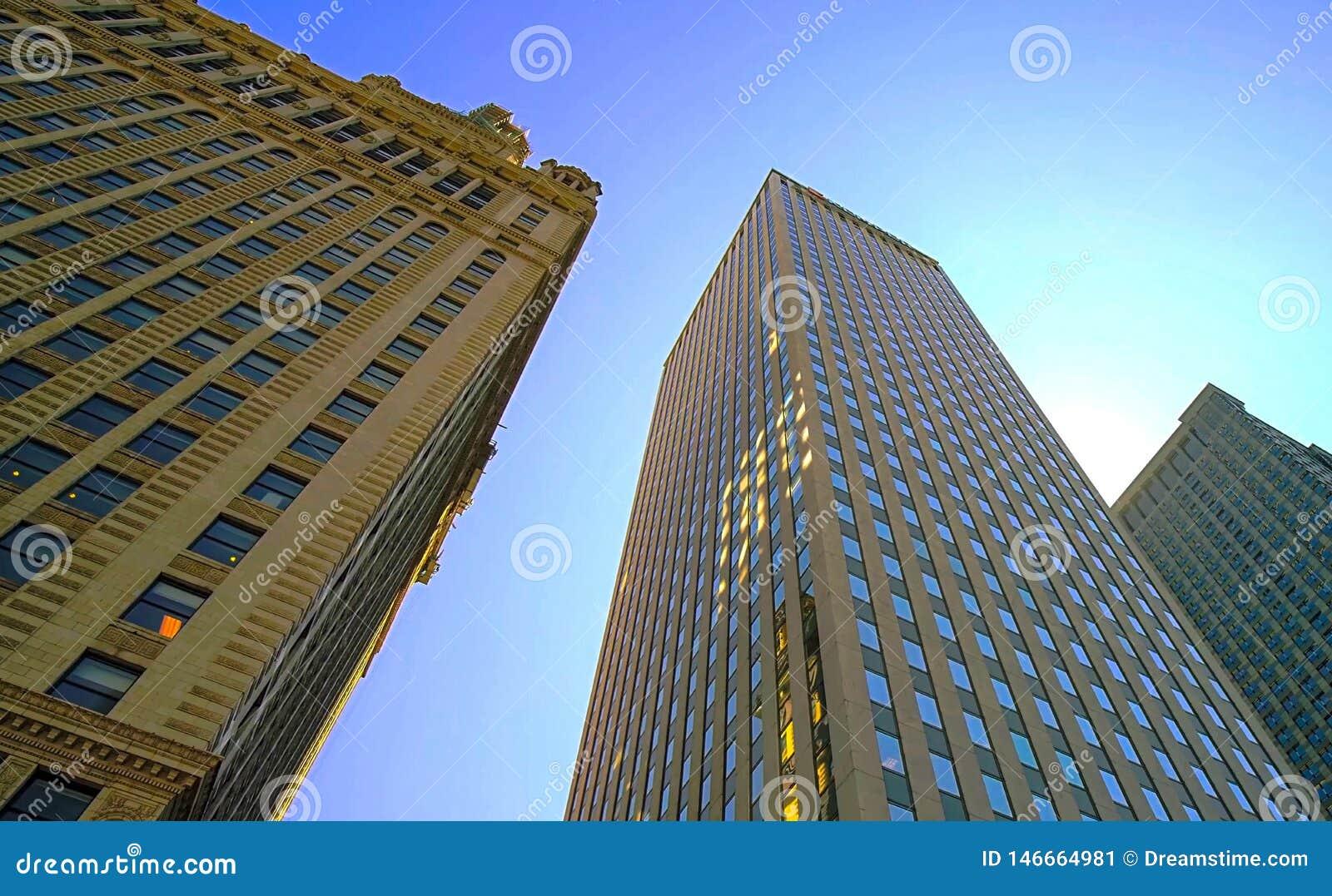 Achtergrond, wolkenkrabbers tegen de blauwe hemel