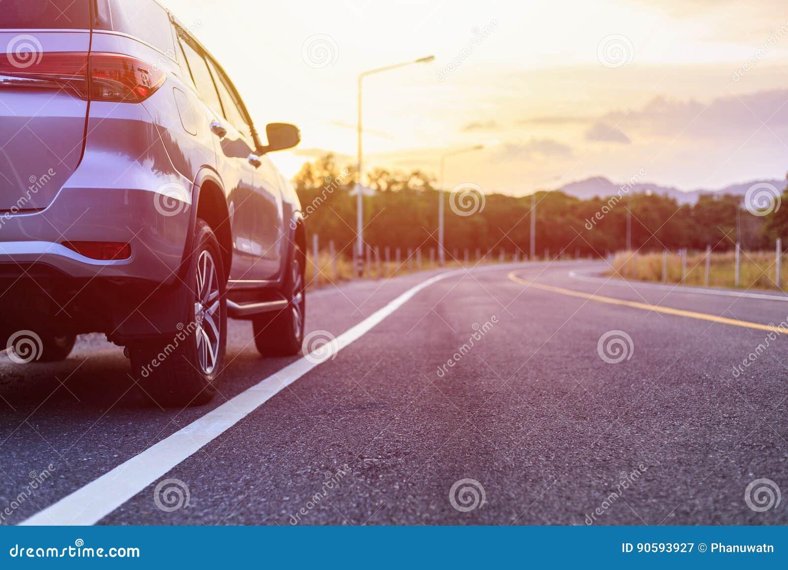Achterkant van nieuw zilveren SUV-autoparkeren op de asfaltweg