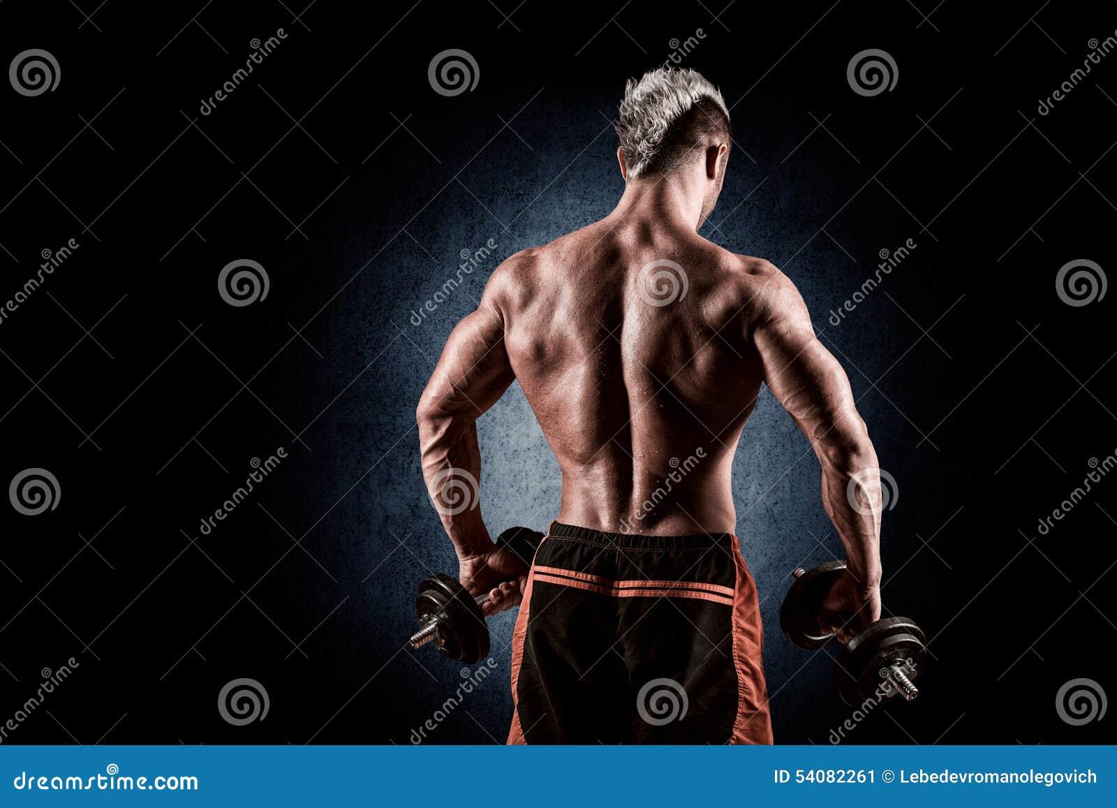 Achtermening van bodybuilder opleiding met domoren op zwarte backgr