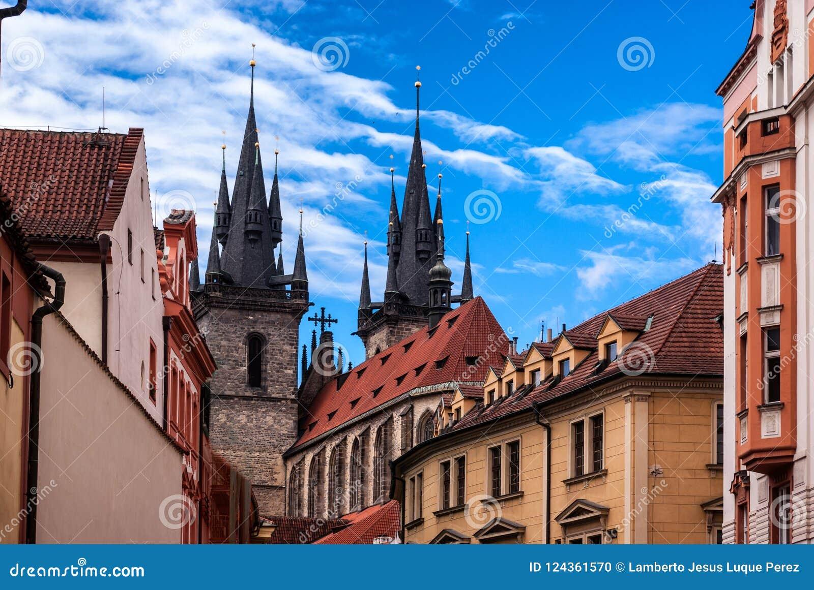 Achtermening van de Kerk van Onze Dame vóór Tyn in de Oude Stad van Praag