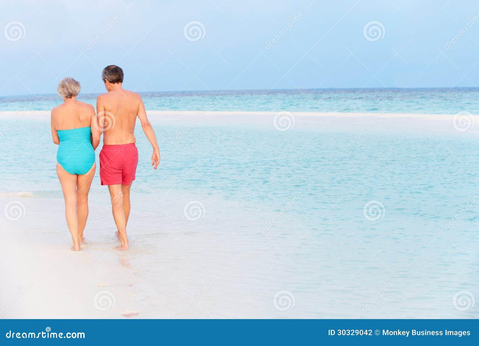 Achtermening van Hoger Romantisch Paar die in Tropische Overzees lopen