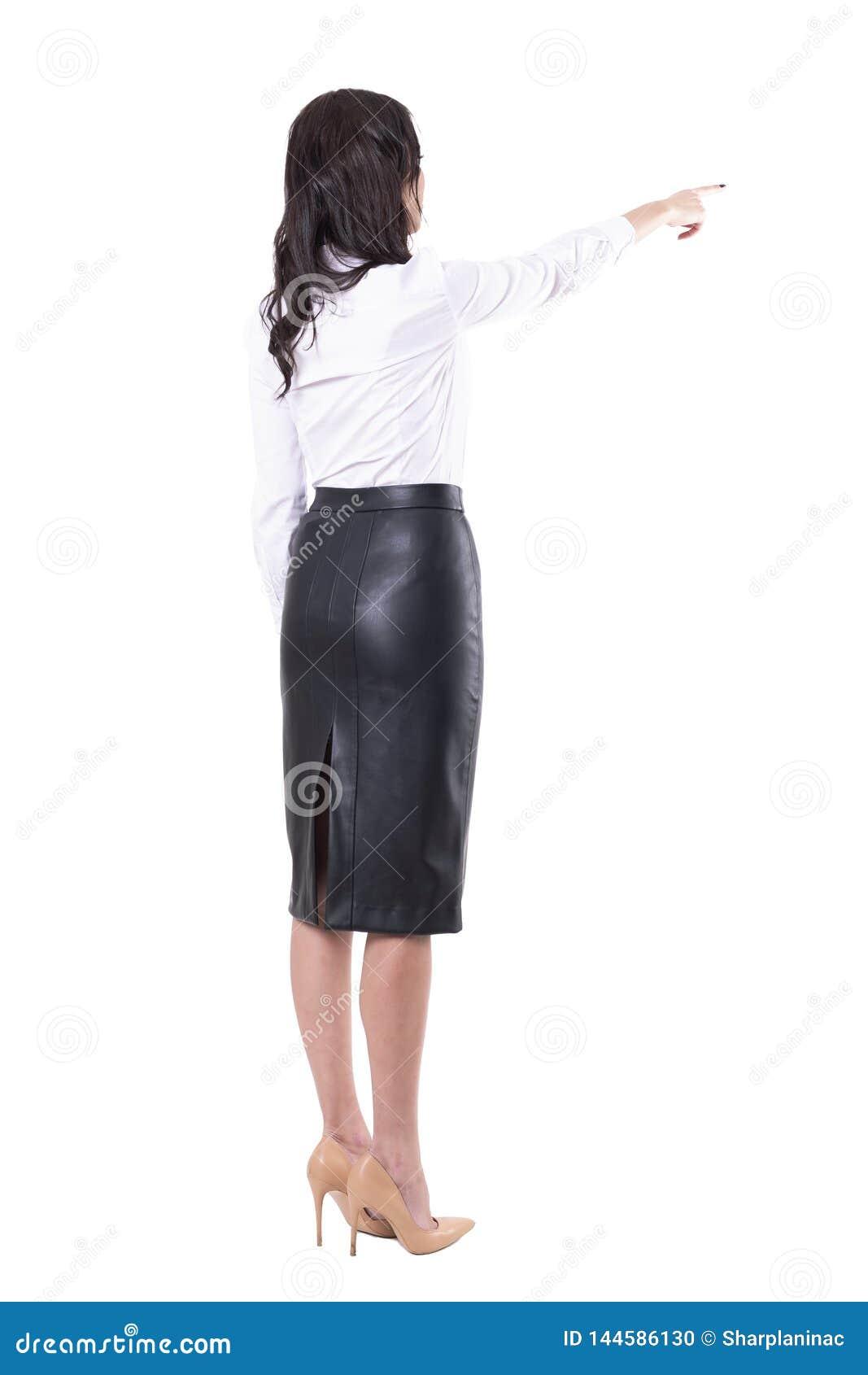 Achtermening van jonge bedrijfsvrouw die vinger richten die richting tonen of touch screen met behulp van