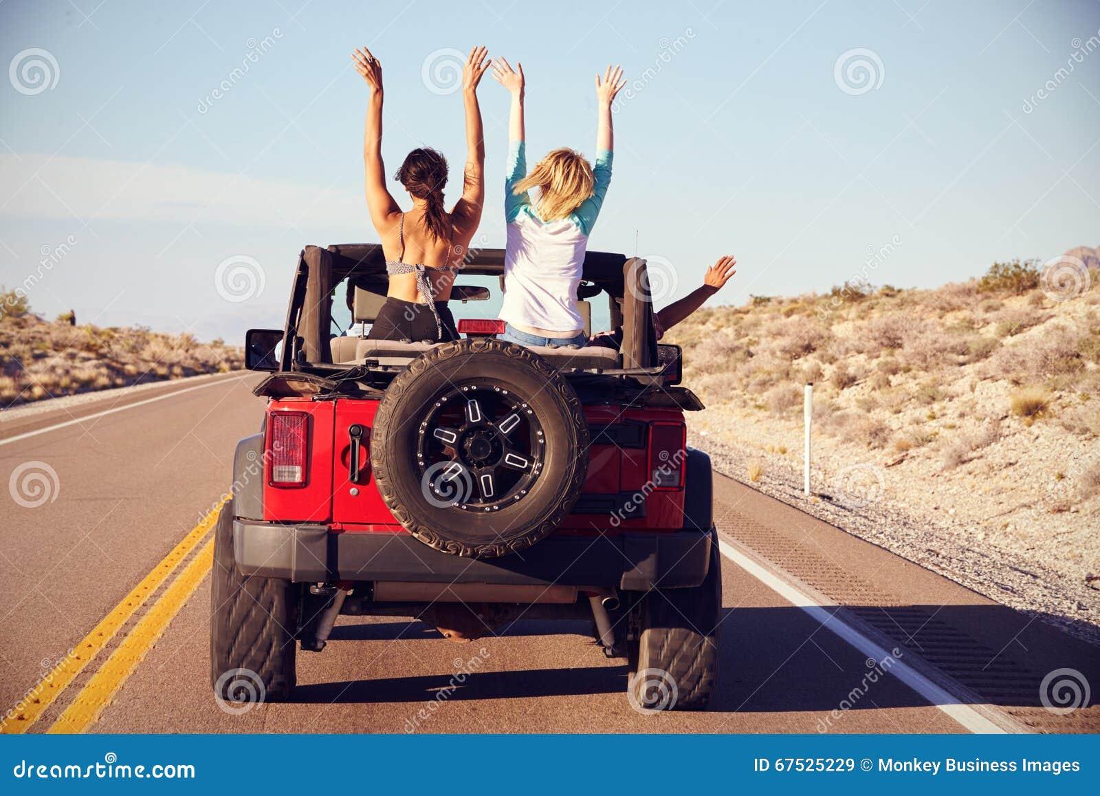 Achtermening van Vrienden bij Wegreis het Drijven in Convertibele Auto