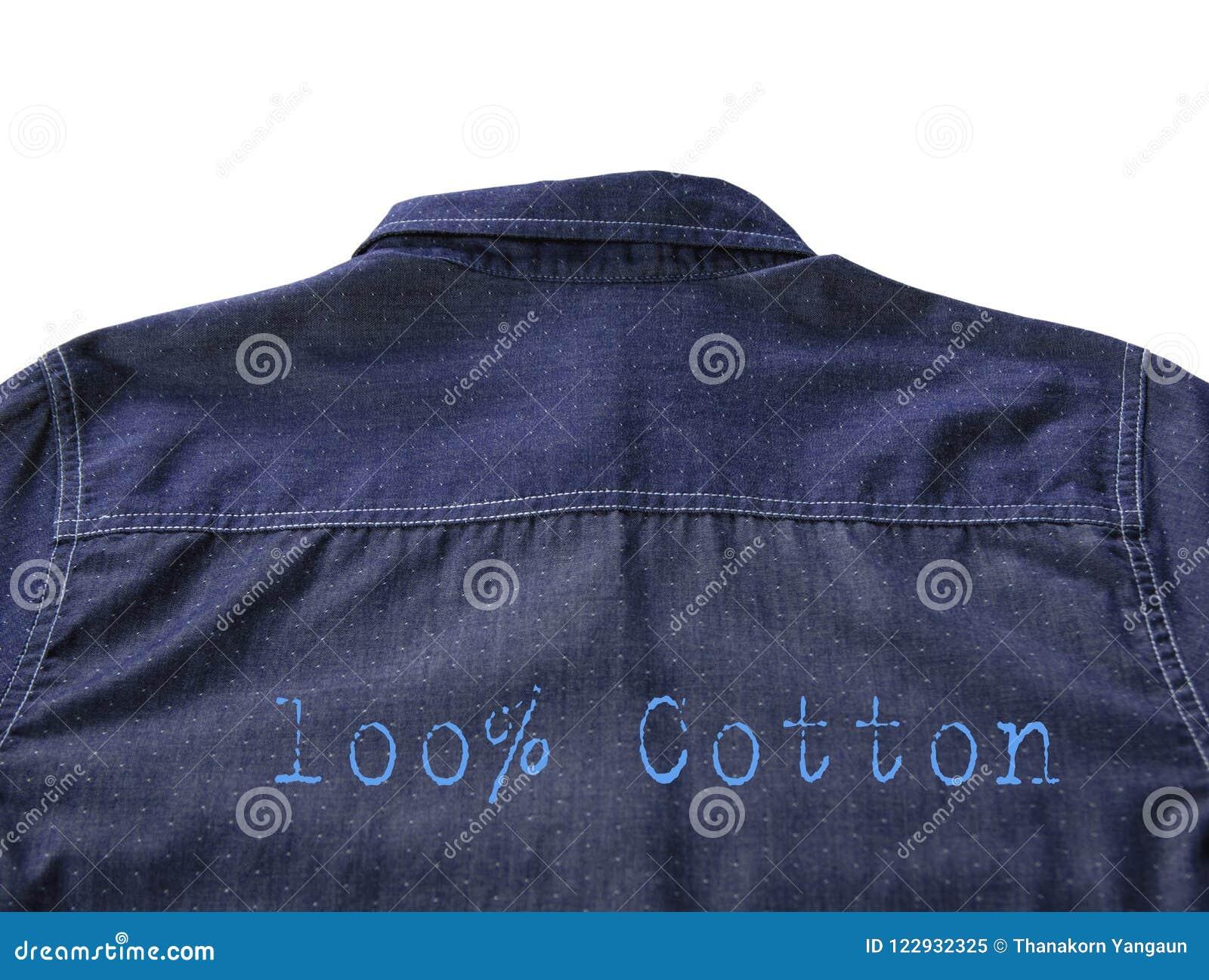 Achtertextuur van blauw die overhemd met tekst 100  katoen op witte achtergrond wordt geïsoleerd