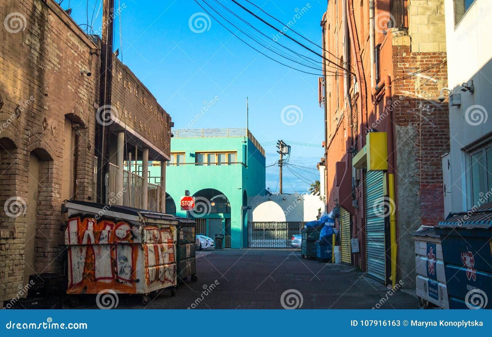 Achtertuin van de schilderachtige huizen op het Strand van Venetië Smalle straten en graffiti op huizen