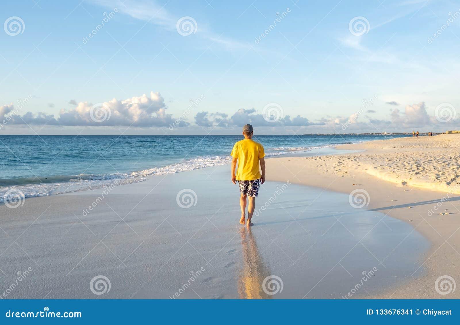 Achterweergeven van een Mens die op een Caraïbisch Strand 2 lopen