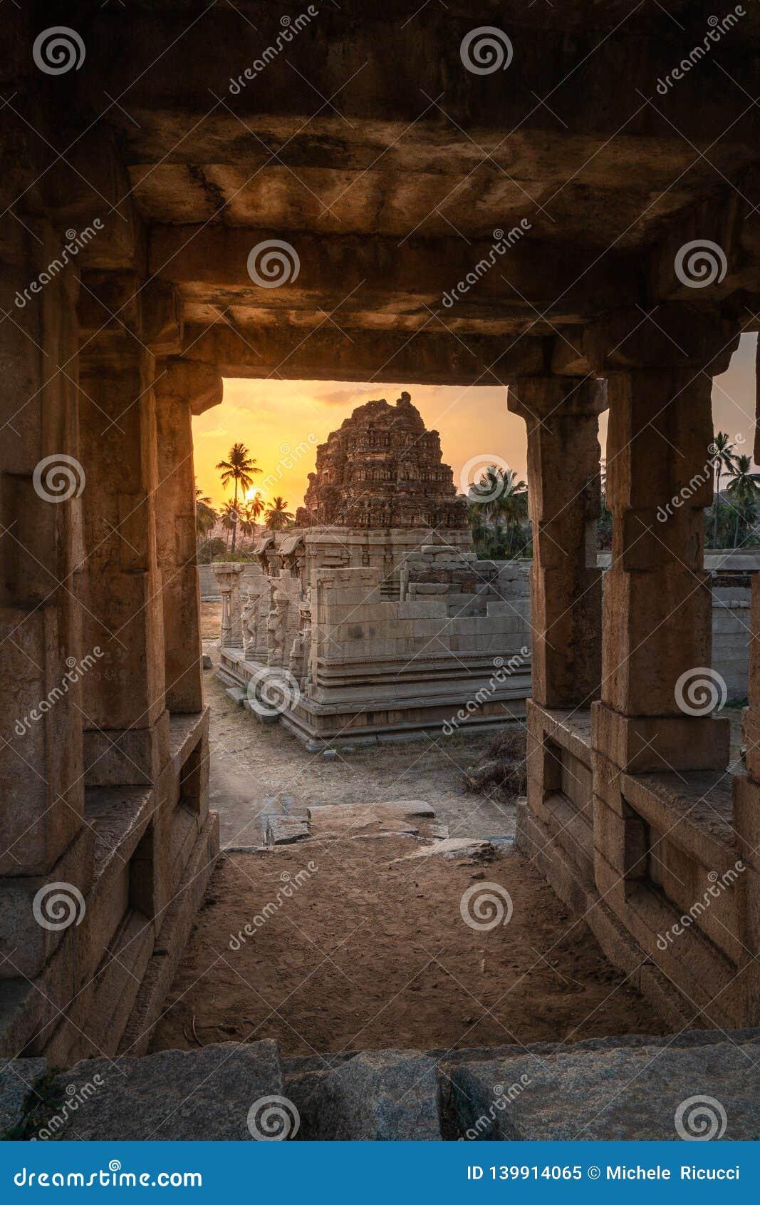 Achyutaraya Tempel in hampi karnakata Indien bei Sonnenaufgang mit Ansichtvertikale des bewölkten Himmels von einer Steintür