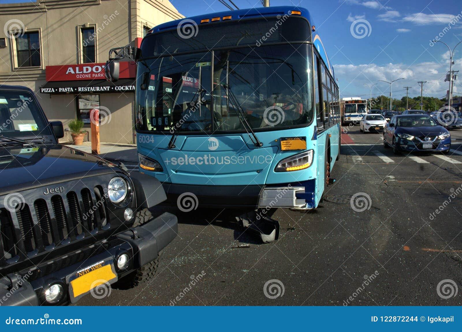 Acidente de viação do sedan do carro do ônibus do transporte público