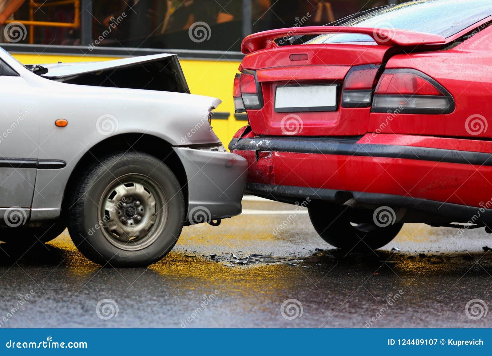 Acidente do vermelho e do carro da prata em seguida