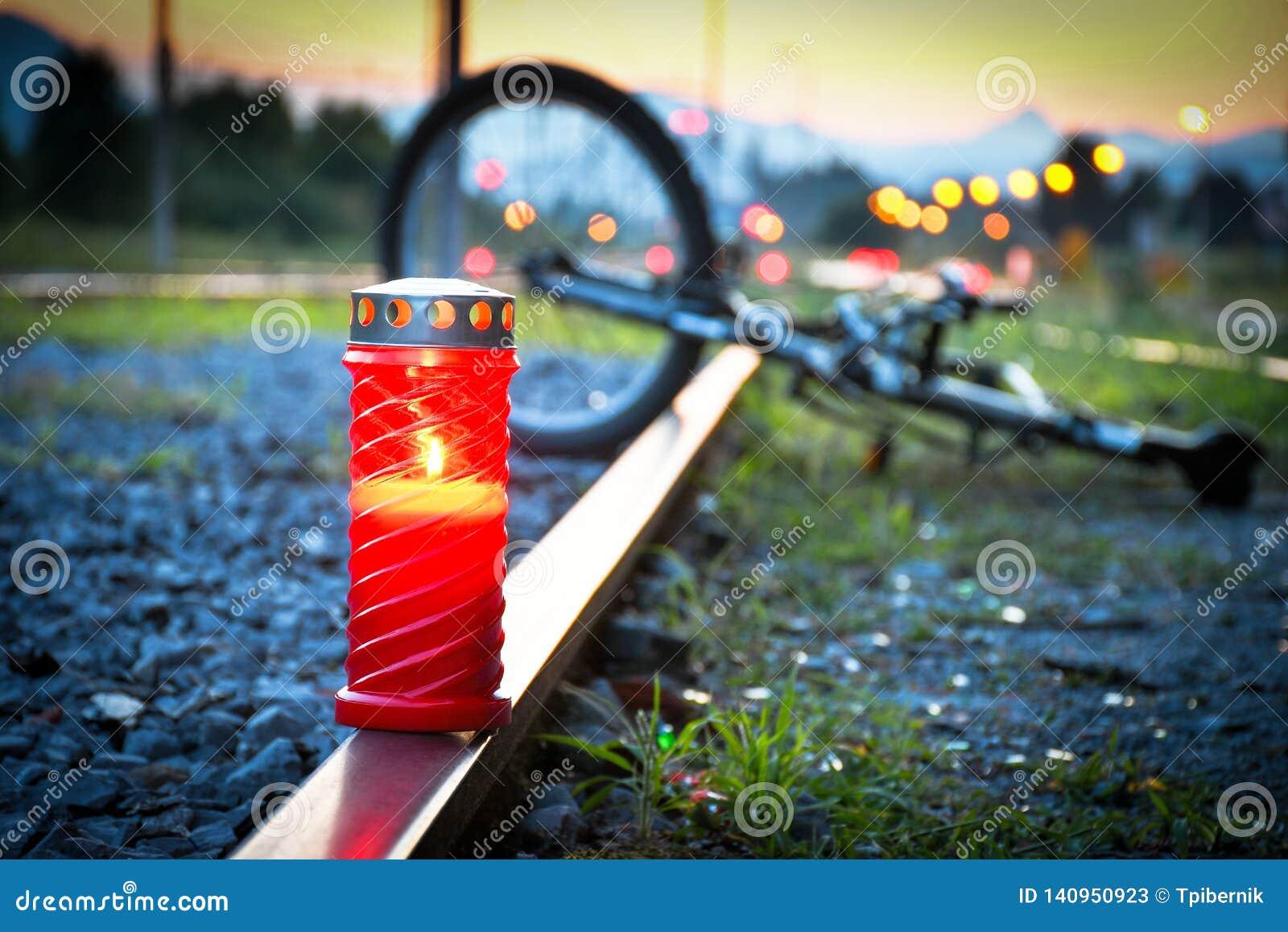 Acidente mortal do impacto do ciclista e de trem
