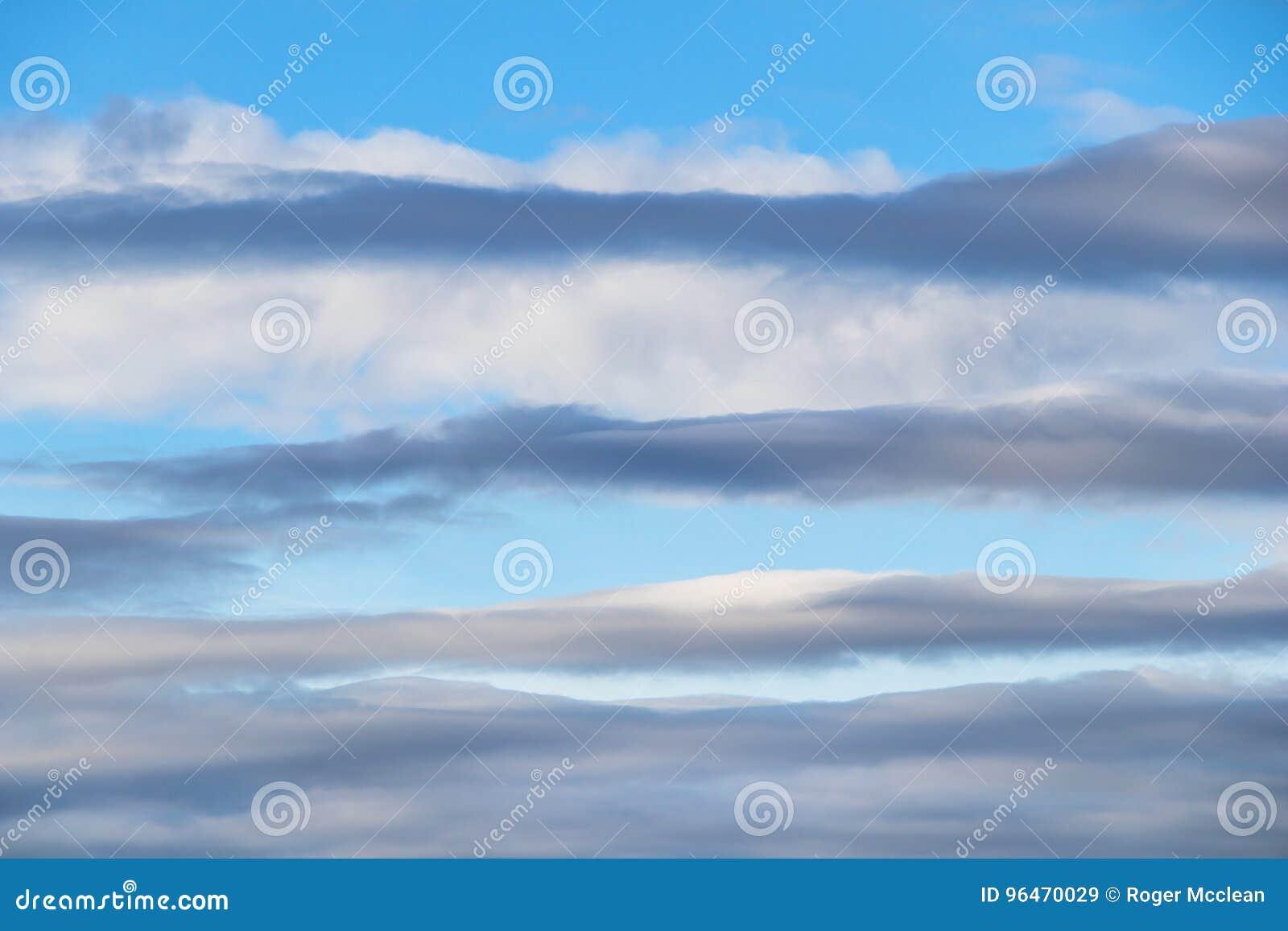 Acima das camadas e do céu azul