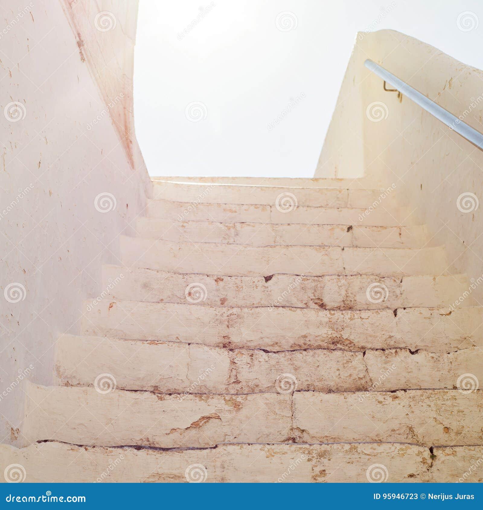 Acima das escadas