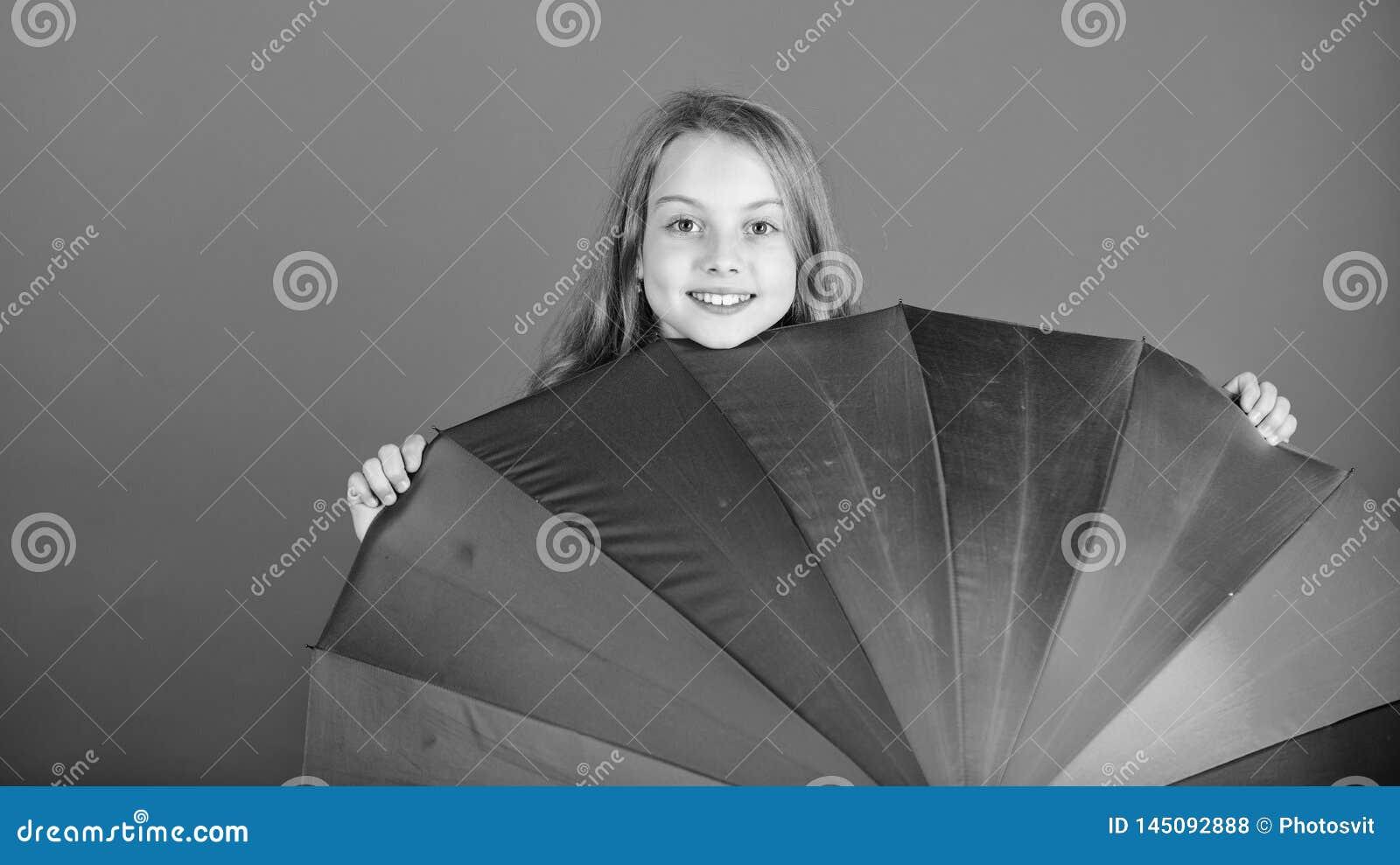 Aclare encima de vida Del ni?o de la ojeada paraguas colorido del arco iris hacia fuera Coloree su vida Piel alegre de la muchach