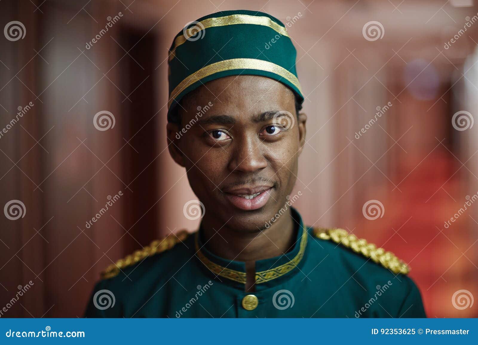 Acoger con satisfacción al botones africano en hotel